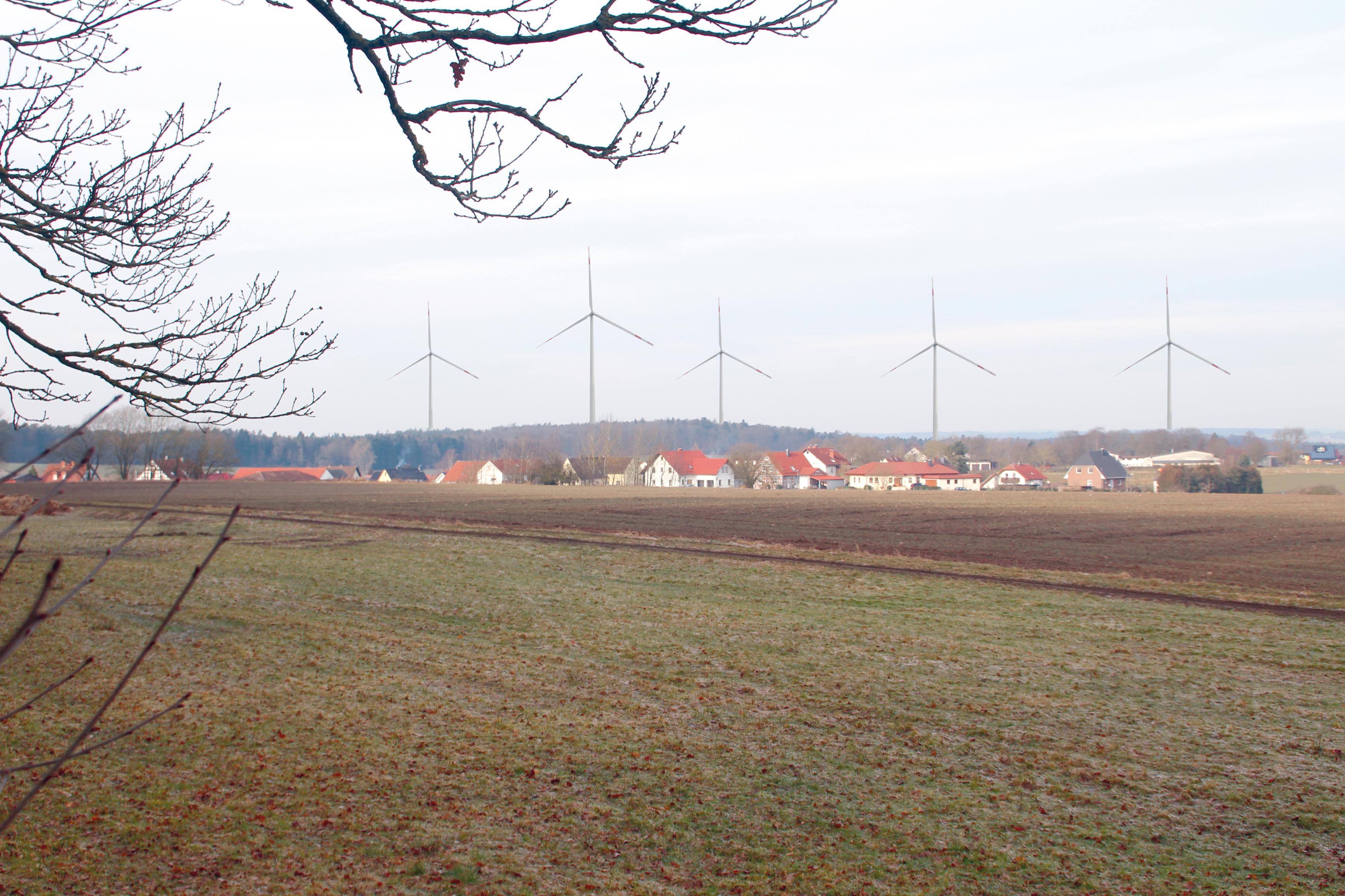 """Der mögliche Blick vom Helwigsholz bei Immichenhain auf den geplanten Windpark """"Die Gleiche"""" (Fotomontage)"""