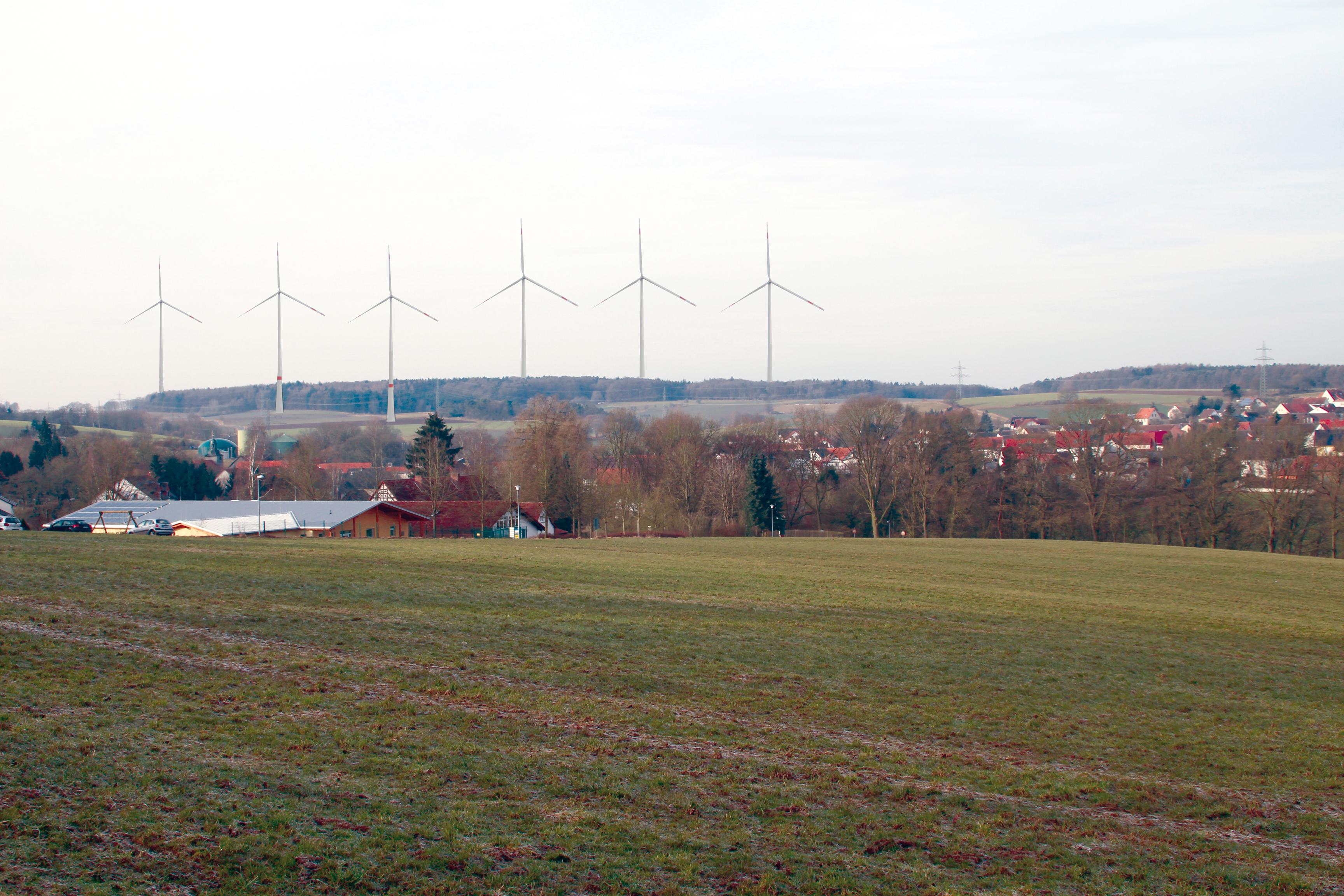 """Der mögliche Blick vom Kindergarten in Ottrau auf den geplanten Windpark """"Die Dick"""" (Fotomontage)"""