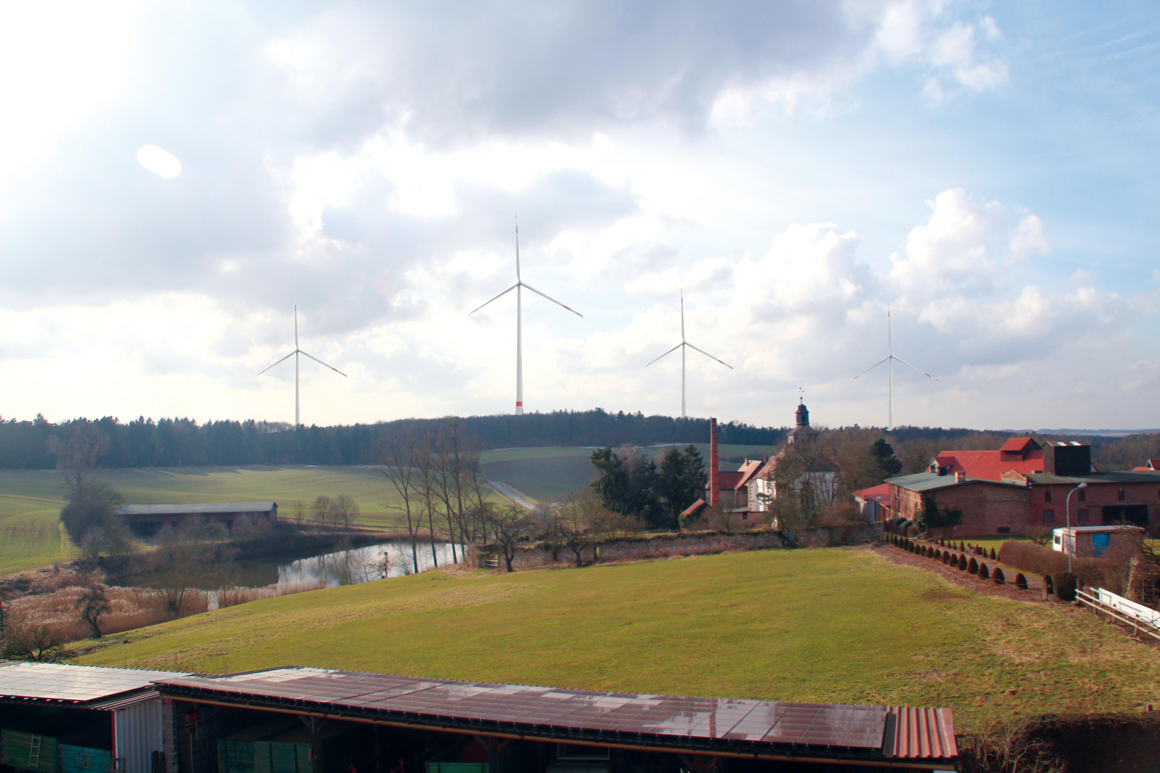 """Der mögliche Blick von Immichenhain auf den geplanten Windpark """"Die Gleiche""""  - im Vordergrund die Klosterkirche (Fotomontage)"""